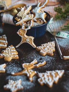 Who knew there were so many different Christmas cookies? Check out all the amazing recipes, over 50 different kinds. #recipe #cookies #christmascookies #roundup